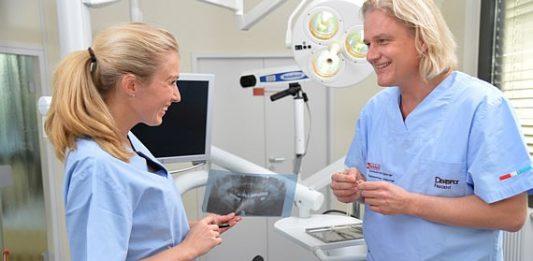 Zahnarzt Frank Seidel und Anna Wojcik