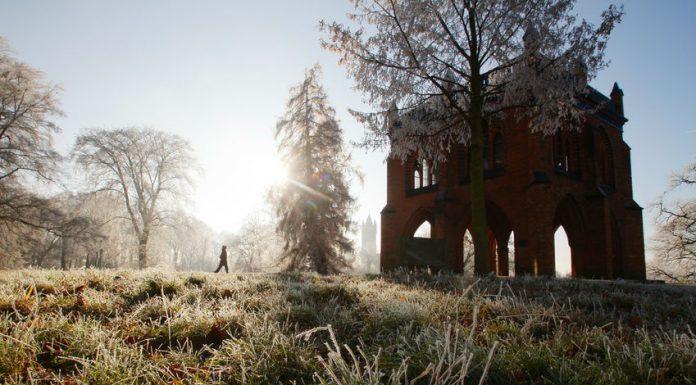 Gerichtslaube im Park Babelsberg im Winter Sonnenlicht